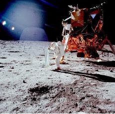 ▲우주인 닐 암스트롱이 69년에 최초로 달에 내렸다.