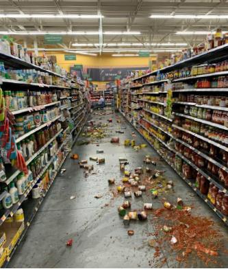 ▲ 독립절 지진으로 마켓 등 상품들이 바닥으로 떨어졌다.