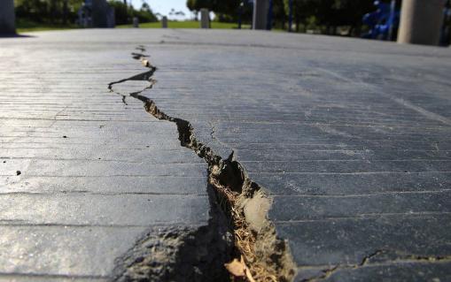 ▲ 독립절 지진이 발생한 샌버나디노 카운티 리즈크레스트 인근 도로가 갈라졌다.