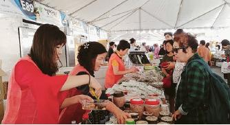 ▲LA한인축제장에서 먹거리를 즐기는 사람들