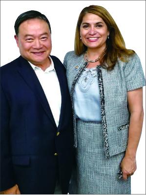 ▲ 샤론 쿼크-실바 의원(오른쪽)과 박동우 보좌관