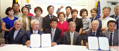 ▲ 국민회유물을 독립기념관으로 대여하는 서명식을 마치고 기념사진을 찍는 관계자들