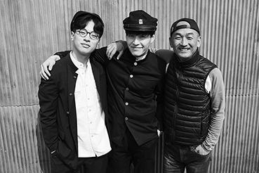 이준익 감독(오른편)과 출연진
