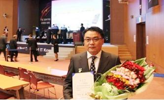 ▲ 국무총리상을 수상한 박홍석 모뉴엘대표 [모뉴엘 홈페이지]