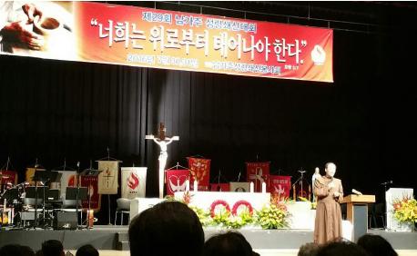 ▲ 신상현 수사가 남가주 성령대회에서 간증하고 있다.
