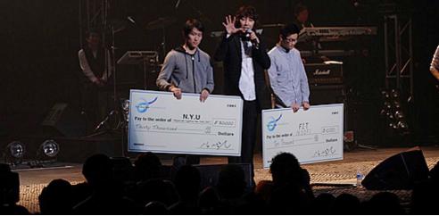 ▲ 2013년 5월 25일 김장훈 뉴욕공연당시 기부금 전달 사진