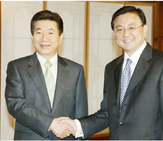 ▲ 노무현대통령과 홍석현 전회장