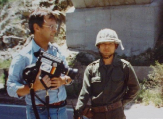 ▲ 1980년 5월 광주민중항쟁 취재에 나선 위르겐 힌츠페터(왼쪽)가 광주 인근에서 계엄군과 찍은 사진.