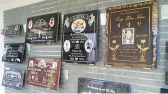 ▲ 고인을 상징하는 각종 명패들이 로즈힐즈공원묘지에 소개되어 있다.