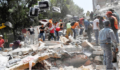 ▲ 19일 멕시코시티 주변에서 발생한 진도 7.1 지진 현장에서 시민들이 구조에 나서고 있다.