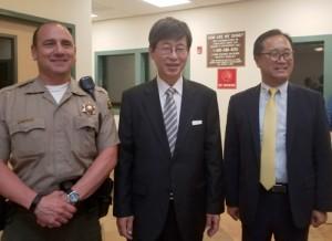 ▲ LA 흑인시위 관할 경찰서를 방문한 이기철 총영사