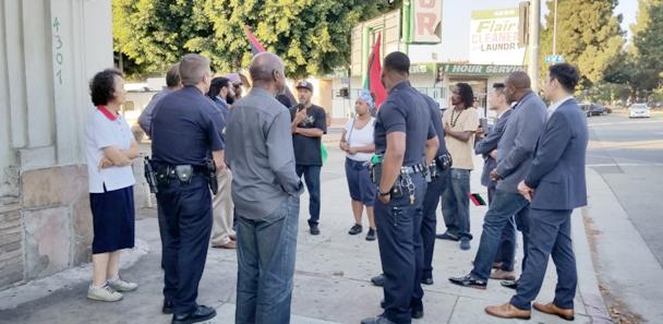 ▲ 시위 현장에 도착한 경찰들과 시위대들이 문제해결을 위해 대화를 하고있다.