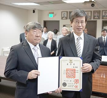 ▲ 박재형 선생의 조카 장승철씨(좌)와 이기철  LA 총영사