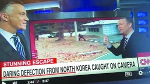 ▲ 미 CNN방송이 특집 방송으로 북한군 귀순 장면을 보도하고 있다.