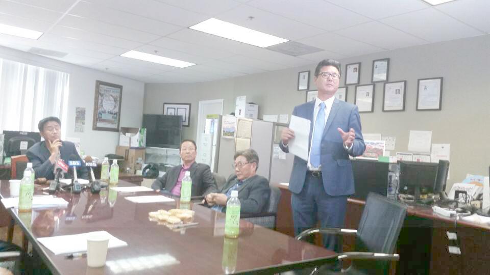 LA한인축제 재단 임시 이사회에 브래들리 이 변호사가 비영리단체 이사 관계를 설명하고 있다.