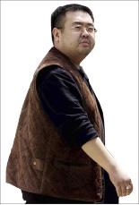 ▲ 지난 2월 13일 말레이시아 쿠알라룸푸르 공항에서 벌어진 김정남 암살 사건은 북한의 소행인 것으로 밝혀지면서 북한 김정은을 향한 국제적인 비난이 높아지고 있다. 지난 2001년 5월4일 일본 나리타 공항에서 베이징행 여객기에 탑승하기 전 김정남