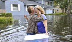 ▲ 플로리다주 잭슨빌에서 9월 11일 허리케인 '어마'로 홍수가 발생한 가운데 한 여성이 물 속에 서서 눈물을 흘리자 또다른 여성이 달래고 있다.