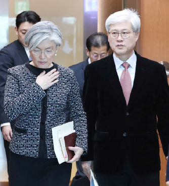 ▲ 강경화 외무장관(왼쪽)이 일본에 '위안부' 재협상 포기를 결정했다.