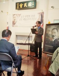 ▲ 민사홍 LA흥사단 대표가 추모식을 진행하고 있다.