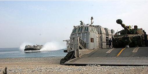 ▲ 지난 2007년 진수된 해군고속상륙정이 탱크를 싣고 상륙하는 모습