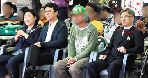 ▲ 드루킹으로 추정되는 인물이 2016년 10월 3일 '10.4  남북 정상 선언 9주년 행사'에서 심상정 대표, 유시민 전 보건부장관, 녹색당 관계자와 나란히 맨 앞줄에 앉아 있는 모습. 빨간색 동그라미 남성이 드루킹으로 추정된다.