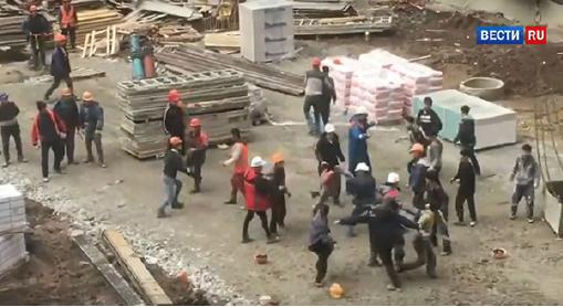 ▲ 러시아 온라인 뉴스 매체 '베스티루(vesti.ru)'는 당시 북한 노동자들이 타지키스탄 노동자들과 욕설과 실랑이 끝에 주먹다짐을 벌였다며 관련 동영상을 5일 공개했다.
