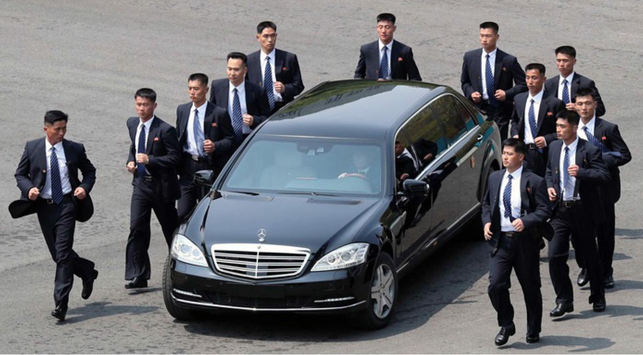 ▲ 김정은의 경호요원들이 김정은 전용차량을 에워싸며 호위하고 있다.