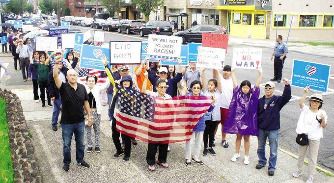 ▲ 한인등 5백여명은 지난 10일 오후 3시 팰리세이즈팍 타운홀앞에서 인종차별발언 항의시위를 갖고 피켓을 들고 브로드웨이를 행진했다. [뉴욕중앙일보캡처]