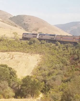 ▲꼬불꼬불 산등성이를 기어가는 기차는 장난감 같기도 하다.