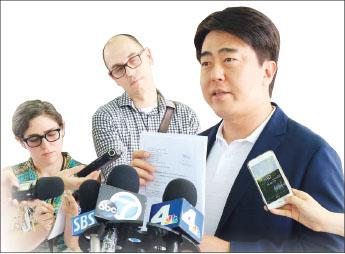 ▲  기자회견하는 정찬용 변호사
