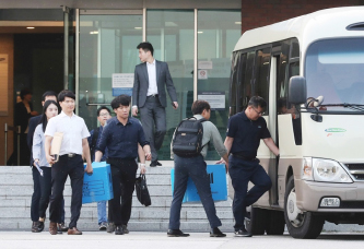 ▲ 삼성의 노조활동 방해 혐의를 수사 중인 검찰이 17일 오후 경기도 용인시 에버랜드 본사를 압수수색한 후 압수품을 들고 나오고 있다.