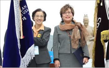 ▲대통령 표창을 수상한 류 모니카 이사장(오른편)과 문애리 전이사장