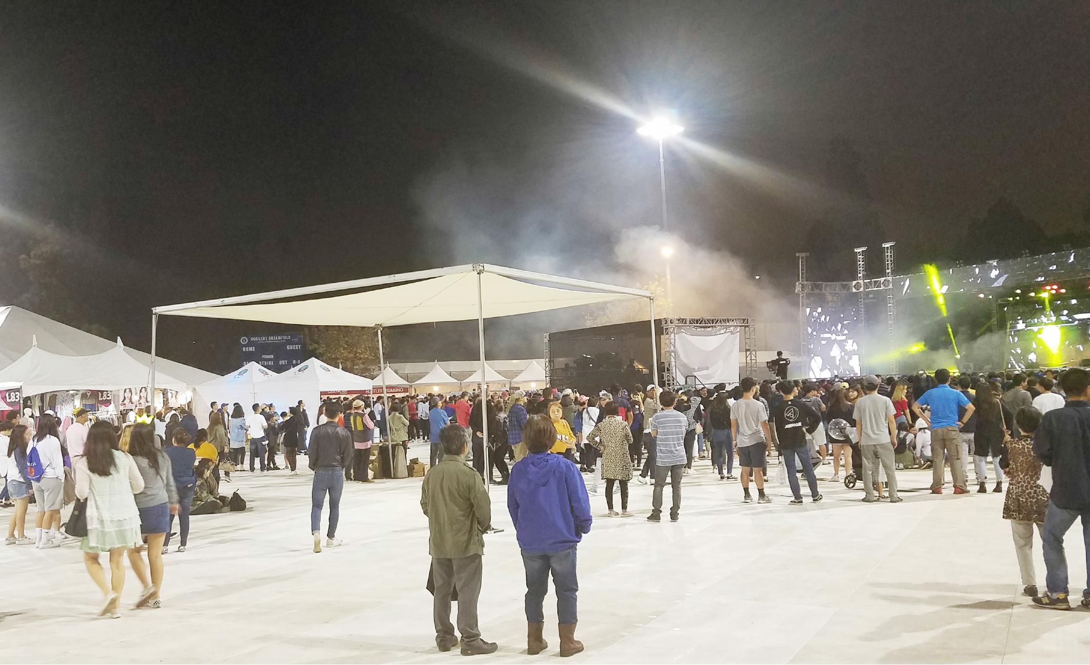 ▲유료 공연에 아랑곳 없이 무료공연을 즐기는 시민들.