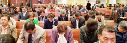 ▲미래 포럼에 참석한 목회자와 평신도들이 기도하고 있다.