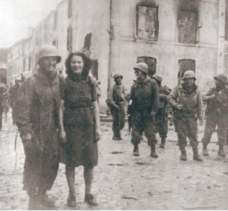 ▲1944년 연합군이 프랑스 비퐁텐마을을 나치에서 해방시킨 직후 마을 주민들과 함께. (사진제공: 김영옥평화센터)