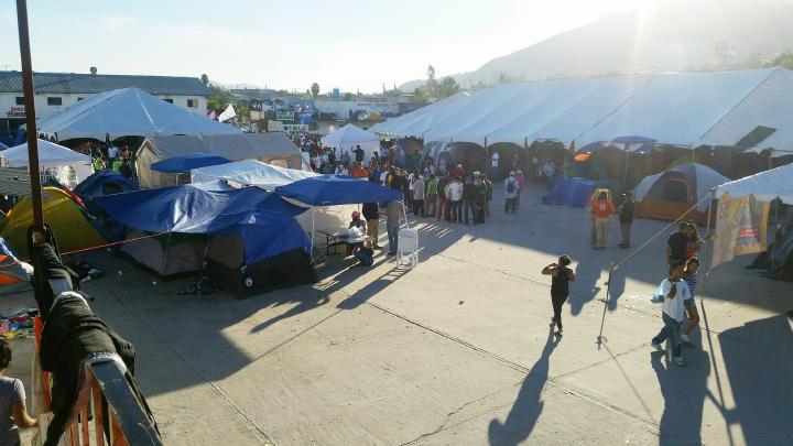 ▲멕시코 국경도시 티후아나 엘 바나탄 난민수용소 내 천막촌
