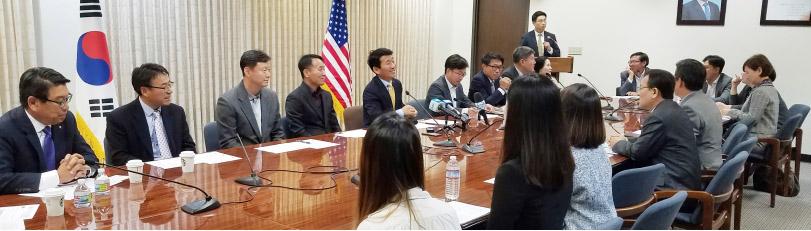 ▲김완중 총영사(왼쪽에서 다섯번째)가 일자리 창출 모임을 주재하고 있다.