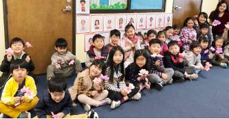 ▲남가주한국학원 주말학교 어린이들이 꽃송이를 만들며 기뻐하고 있다.