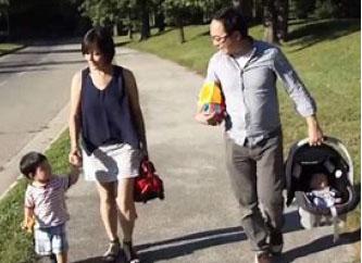 ▲김의원이 가족들과 즐기고 있다.