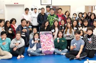 ▲미주 3·1여성동지회 청소년 회원들이 무궁화 꽃송이를 만든다.
