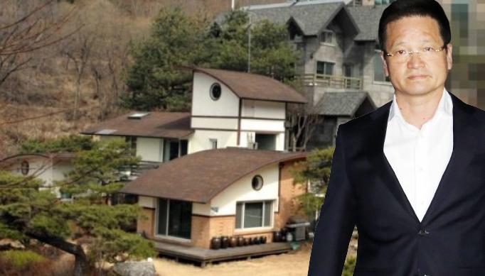▲ 김학의 전 법무부 차관의 별장 성접대 의혹 사건 핵심 인물인 건설업자 윤중천(58)씨가 19일 저녁 구속영장이 기각되자 서울 송파구 동부구치소를 빠져나오고 있다.