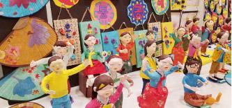 ▲ 어린학생들이 만든 전통 공예품이 인기를 모았다.