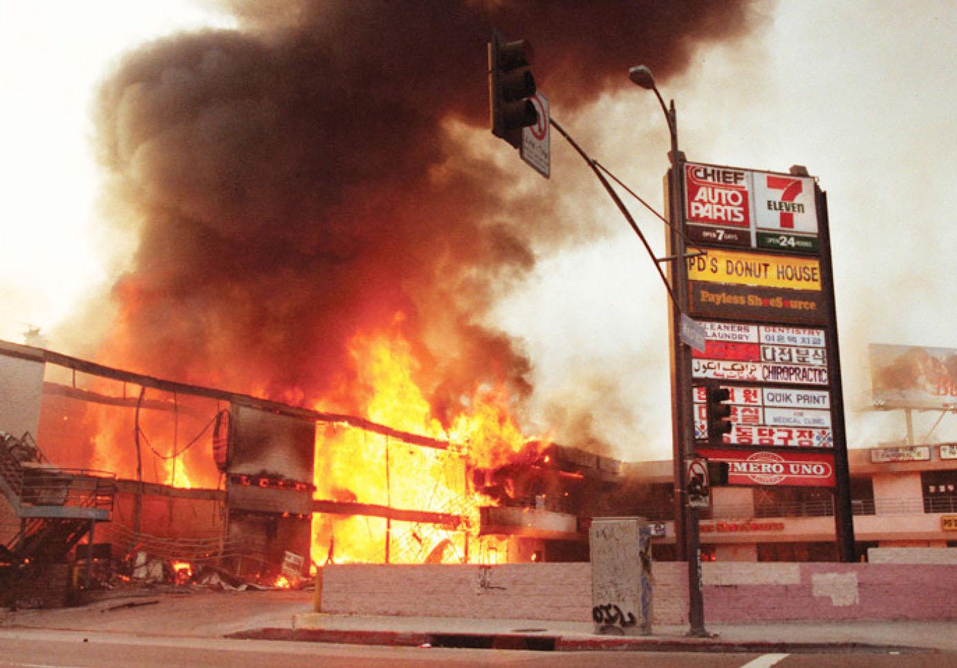 ▲ 불타고 있는 코리아타운 (현재 웨스턴애비뉴와 6가 코너)