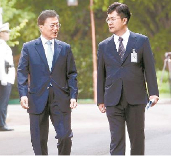 ▲ 문재인대통령과 송인배 전 청와대 정무비서관