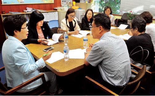 ▲ 남가주 한국학원 이사들이 윌셔사립초등학교 폐교 사태 이후인 지난 2018년 8월29일 이사회를 갖고 있는 모습