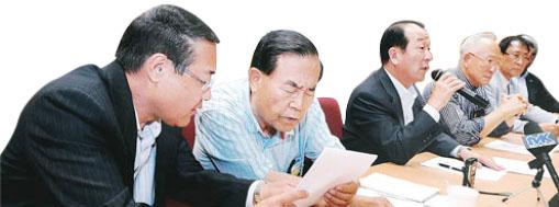 ▲2013년 당시 동포재단 임승춘 이사장(왼쪽 두번째)이 배무한 한인회장등과 대책을 논의하고 있다.