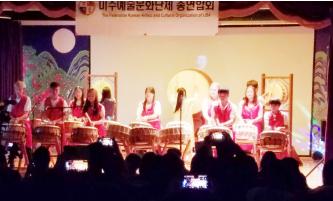 ▲ 고르예술단의 「난타공연」이 흥을 돋구고 있다.