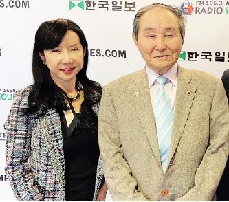 ▲ 「원앙데이트」행사를 20년간 주최한 이종구 회장(오른편)과 후원자 진최 단장