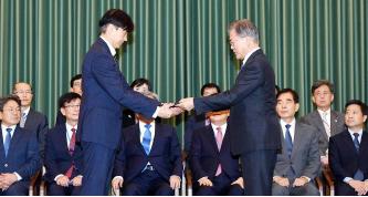 ▲ 문재인대통령(오른편)이 조국 법무장관에게 임명장을 주고있다.