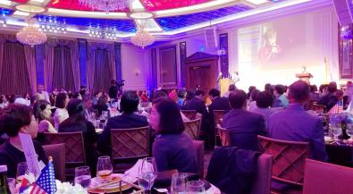 ▲ 한국어 진흥재단 창립 25주년 갈라에서 모니카 류 이사장이 환영사를 하고있다.